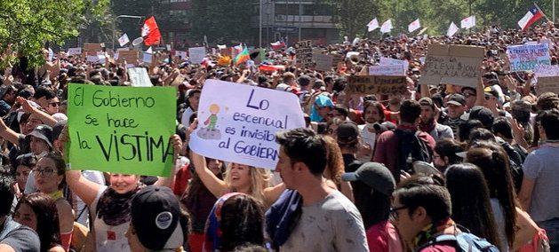 Lo que comenzó como protestas estudiantiles espontaneas por un alza de las tarifas del metro en Santiago de Chile, se ha transformado en una movilización general en las calles contra el gobierno de Sebastián Piñera y la falta de respuestas a demandas de la sociedad, con el sustrato de la desigualdad como amalgama. Crédito: ONU
