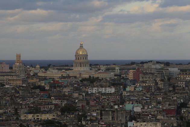 La cúpula del Capitolio, recién restaurada, corona el paisaje de al atardecer, durante la celebración del 500 aniversario de la fundación de La Habana, desde el municipio de Cerro, en la capital de Cuba. Crédito: Jorge Luis Baños/IPS