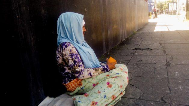 Una mujer mayor pide limosna en una calle de San Salvador. Los grupos criminales de trata se aprovechan de personas muy vulnerables, como los indigentes, para obligarlos a mendigar para personas o redes. Pero en América Central, 80 por ciento de las víctimas son mujeres y niñas, con fines de explotación sexual. Crédito: Edgardo Ayala/IPS