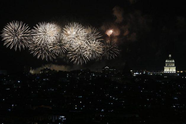 Los fuegos artificiales iluminan el cielo de la capital de Cuba durante los festejos por el quinto centenario de la fundación, este 16 de noviembre, de la villa San Cristóbal La Habana, origen de la ciudad caribeña, que actualmente cuenta con dos millones de habitantes. Crédito: Jorge Luis Baños/IPS