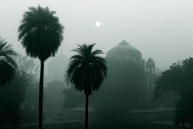 La tumba de Humayun, un complejo monumental de la arquitectura mogol, construido en 1570 uno de los atractivos turísticos de Nueva Delhi, envuelto en la bruma contaminante, que alcanzó niveles tan peligrosos que obligó al gobierno a cerrar las escuelas y declarar una emergencia de salud pública. Crédito: Malav Goswami/IPS