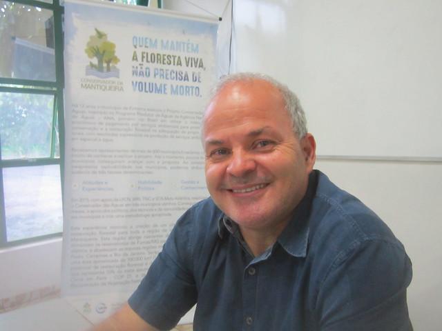 """Paulo Henrique Pereira, desde 1995 secretario de Medio Ambiente de Extrema, impulsó desde 2005 el Proyecto Conservador de las Aguas, ganador de premios nacionales e internacionales por su éxito en recuperar y preservar nacientes y riachuelos, al pagar por servicios ambientales a los propietarios rurales que reforestan en este municipio del sureste de Brasil. """"Plantar árboles es fácil, crear un bosque es más complejo"""", dice. Crédito: Mario Osava/IPS"""