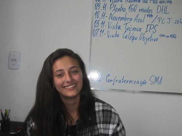 Aline Oliveira estudia ingeniería y vive en la hacienda de su familia en el sureste de Brasil. Está orgullosa de la mejora en la vida en Extrema, en el sureste de Brasil, que comenzó al establecerse el sistema de Pagos por Servicios Ambientales, que garantiza ingresos a los agricultores y ganaderos por reforestar las cuencas. Es un ingreso seguro, cuando los precios de la leche están en caída y a veces se pierde, por la lejanía de las plantas procesadoras. Crédito: Mario Osava/IPS
