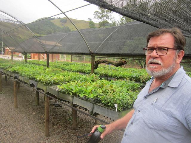 """Arlindo Cortês, gerente de gestión ambiental de la Secretaria de Medio Ambiente de Extrema, en el vivero de plántulas para la reforestación en el municipio del sureste de Brasil. """"Construir embalses no asegura el suministro de agua si la cuenca hidrográfica está deforestada, degradada, sedimentada. Habrá inundaciones y escasez de agua porque el agua de la lluvia no se infiltra en el suelo"""", explica. Crédito: Mario Osava/IPS"""