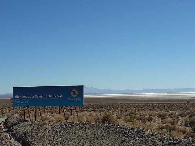 El ingreso a Sales de Jujuy, una de las dos únicas empresas que produce y comercializa litio en Argentina, el país con las mayores reservas probadas del mineral. Opera en el salar de Olaroz y está formada por la compañía australiana Orocobre, la japonesa Toyota y una empresa pública de la provincia de Jujuy, en el noroeste del país. Crédito. Daniel Gutman/IPS