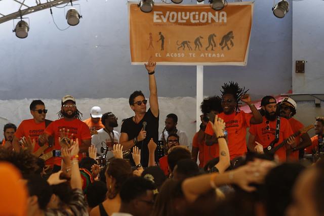 El cantante cubano David Blanco y la banda Toques del Rio participan en la celebración del primer aniversario de la Campaña Evoluciona por la No Violencia hacia las Mujeres, en el Pabellón del municipio Plaza de la Revolución de La Habana. Crédito: Jorge Luis Baños/IPS