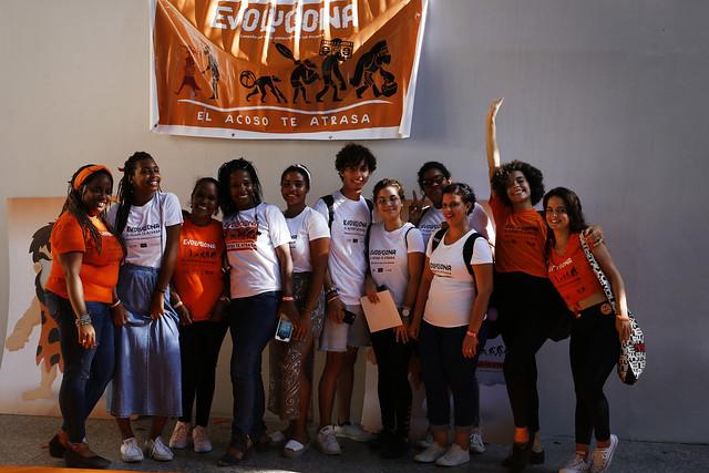"""Activistas cubanos bajo celebran el primer aniversario de la Campaña Evoluciona por la No Violencia hacia las Mujeres, en el Pabellón, una instalación en el municipio Plaza de la Revolución, en La Habana. En el cartel conmemorativo de la campaña se lee: """"el acoso te atrasa"""". Crédito: Jorge Luis Baños/IPS"""