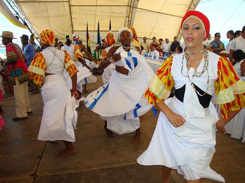 Mujeres garífunas bailan una tradicional danza de su pueblo durante un festival para promover su cultura, su comida y el papel que realizan en la conservación del ambiente costero de Honduras. Crédito: Thelma Mejía/IPS