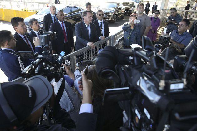 """El presidente brasileño Jair Bolsonaro, durante uno de sus informales encuentros con la prensa casi diarios, pese a las acusaciones del gobernante a la prensa de """"mentirosa"""" o de """"izquierdista"""". En esas ocasiones hace declaraciones de impacto, a veces con ofensas a opositores e incluso miembros del propio gobierno que va a destituir. Crédito: Antonio Cruz/ Agência Brasil"""