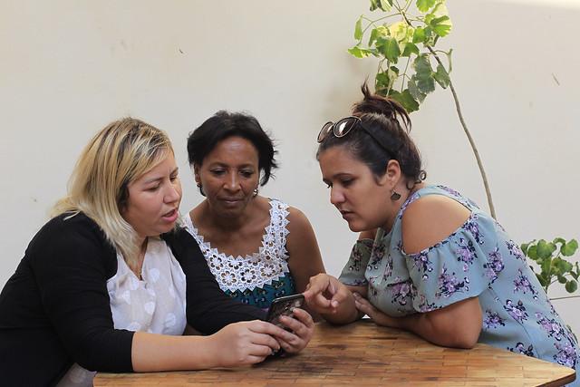 De izquierda a derecha, las emprendedoras cubanas Danilsy Ramírez, Rosa Luque y Arlem Martínez intercambian experiencias sobre el manejo de sus pequeños y exitosos negocios, que instalaron en zonas de la periferia de La Habana, alejadas de los puntos más atractivos de La Habana. Crédito: Jorge Luis Baños/IPS