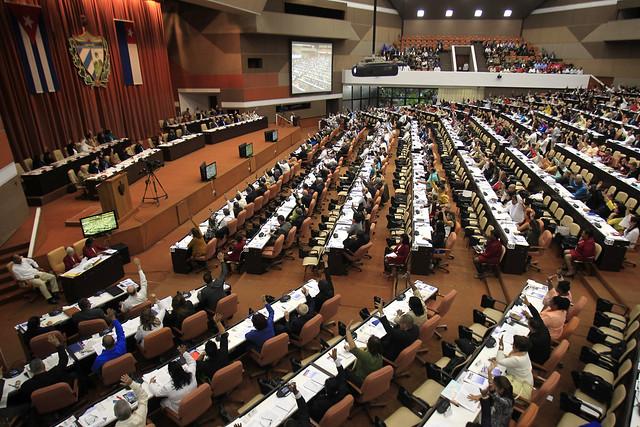 Diputados participan en la sesión de clausura de la IX legislatura de La Asamblea Nacional del Poder Popular (parlamento), en la que votaron el texto final de la nueva Constitución de Cuba, en diciembre de 2018. La nueva ley fundamental entró en vigor en abril de este año. Crédito: Jorge Luis Baños/IPS