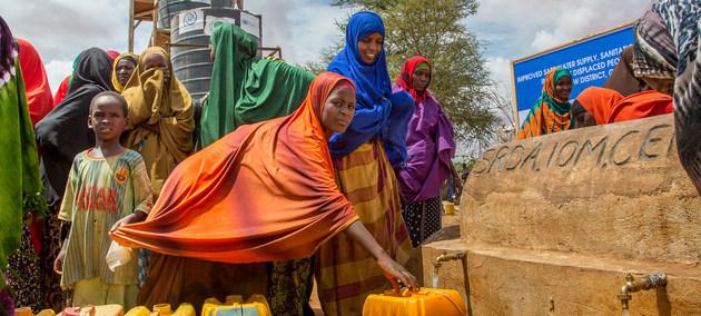 Desplazados en Somalia participan en un proyecto de distribución de agua. Crédito: PMA