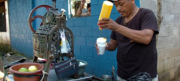 Un vendedor ambulante salvadoreño. La OIT advierte de que algunos de los logros alcanzados durante la década de 2000 en el terreno laboral en América Latina se han perdido. Crédito: PNUD