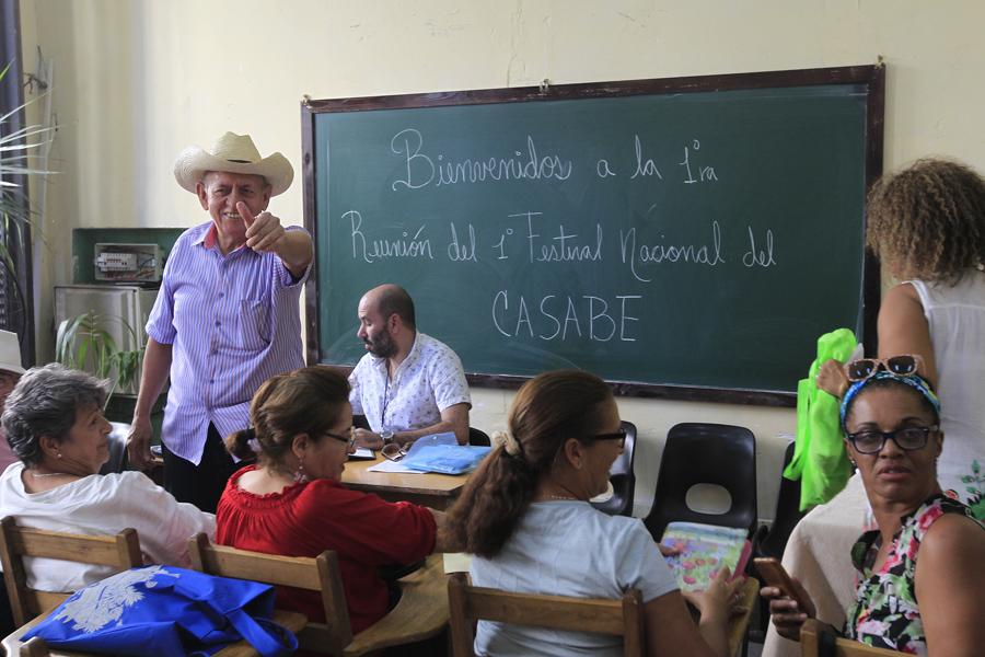 Joel Fontaine, fundador del proyecto Amigos del casabe sostuvo un encuentro junto a entusiastas de la cocina cubana para organizar el Primer Festival Nacional del Casabe, en la sede del proyecto La Moneda cubana, en el centro histórico de La Habana Vieja, Cuba. 15 de enero de 2020.Foto: Jorge Luis Baños/IPS