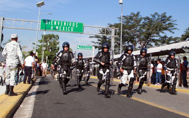 Efectivos de la Guardia Nacional de México no da la bienvenida a los migrantes que llegan a su frontera sur en la nueva caravana. Crédito: Bladimir Pérez/Chiapas Paralelo