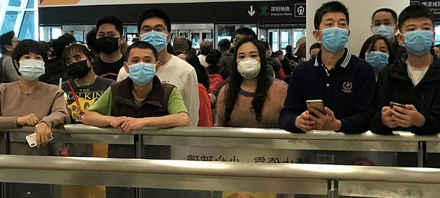 Gente con mascarillas para protegerse del coronavirus espera en la zona de llegadas del aeropuerto internacional de Shenzhen Bao'an. Crédito: ONU