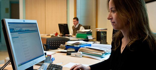 Una empleada trabaja en su oficina de una agencia de exportación en Túnez. Crédito: Banco Mundial