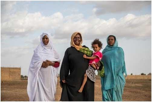 El Hadrami (centro) con sus dos hijas y su hermana. Crédito: Vincent Tremeau/Banco Mundial