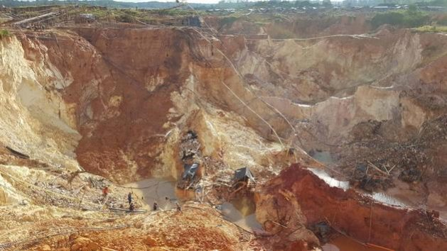 Minas de oro ilegales en el sur de Venezuela controladas por grupos armados con consentimiento del gobierno que someten a los trabajadores venezolanos a condiciones abusivas
