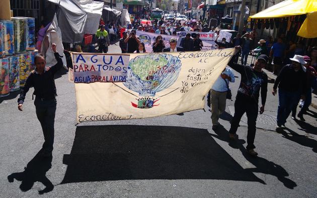 Proponentes de la iniciativa ciudadana del agua marchan de las instalaciones de la Cámara de Diputados a Senado, para defender su iniciativa del agua para todos. Crédito: Arturo Contreras/Pie de Página