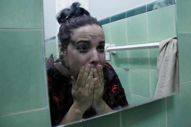 La actriz cubana Isbel Buzzi ensaya ante el espejo a un personaje femenino que sufre de violencia machista dentro de su hogar, en La Habana. Agencias de la ONU temen que esa interpretación esté siendo dolorosa realidad en muchos hogares latinoamericanos durante el confinamiento por la pandemia del coronavirus. Foto: Jorge Luis Baños/IPS