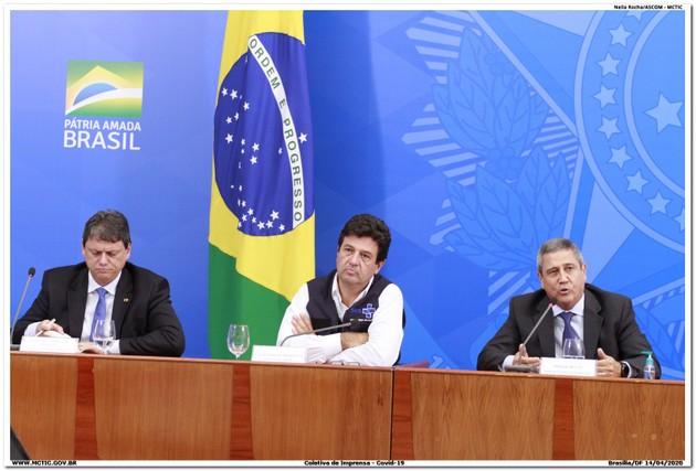 El ministro de Salud, Luiz Henrique Mandetta (en el centro), en una rueda de prensa sobre la pandemia, que tiene lugar diariamente en el Palacio do Planalto, sede de la presidencia, en Brasilia. El ministro ha sido amenazado con la destitución por el presidente Jair Bolsonaro, por discrepar públicamente de sus opiniones sobre la covid-19, mientras crece el respaldo de la población a su actuación. Foto: MCTIC/Fotos Públicas