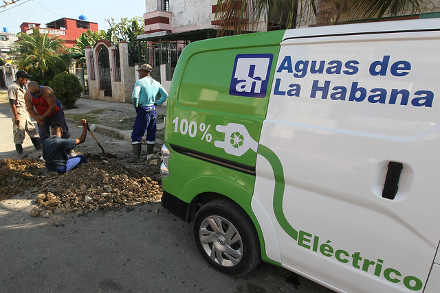 Trabajadores de la empresa Aguas de La Habana disponen de una flotilla de vehículos eléctricos para desplazarse a realizar sus labores por la capital cubana. Foto: Jorge Luis Baños/IPS
