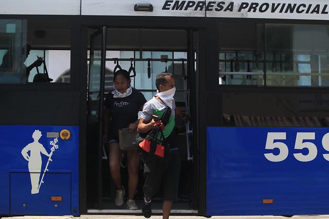 Pasajeros descienden de un ómnibus urbano de motor híbrido, con su distintivo color azul, que se han incorporado a la red de transporte público de la capital cubana. Foto: Jorge Luis Baños/IPS