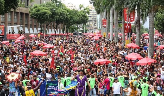 Una multitud festeja durante el último carnaval de Río de Janeiro, en una de las últimas aglomeraciones festivas que se produjeron en el mundo antes de que el coronavirus se convirtiera en una pandemia. Ahora no se sabe si encuentros multitudinarios como este se producirán en 2021 y en los años siguientes. Foto: Fernando Maia | Riotur-Fotos Públicas