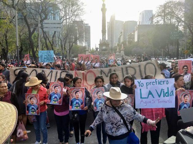 Manifestantes mientras exigían el esclarecimiento del asesinato del defensor de la tierra Samir Flores y la cancelación de una planta termoeléctrica en el estado de Morelos, en el centro de México, durante una protesta en febrero de 2019, en el emblemático Paseo Reforma de la capital. Foto: Emilio Godoy/IPS