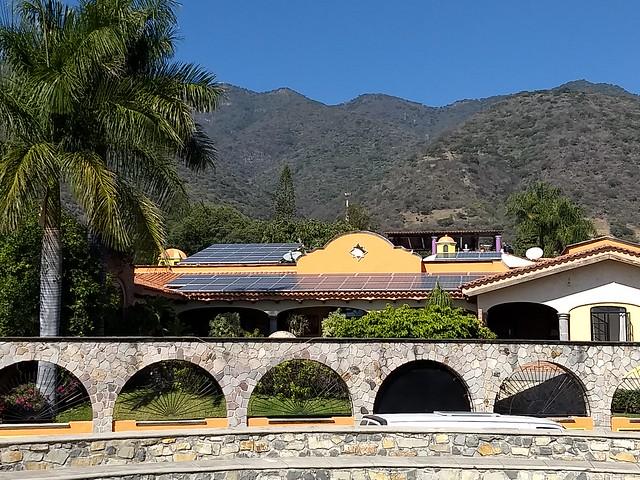 Los bajos precios de los hidrocarburos amenazan con desacelerar la transición energética en América Latina, aunque las energías renovables ya compiten con los costos de los combustibles fósiles, coincidieron especialistas durante la XXIX Conferencia de Energía La Jolla, organizada por el Instituto de las Américas. En la imagen, paneles solares en una vivienda de Ajijic, en el estado de Jalisco, en el oeste de México. Foto: Emilio Godoy/IPS