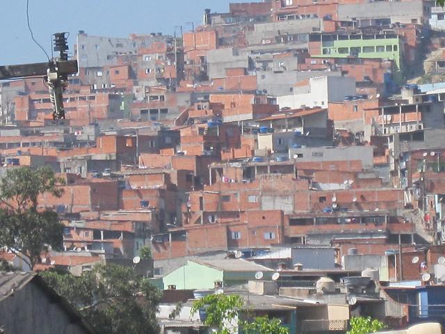 Una favela en São Bernardo do Campo, una ciudad industrial vecina a la metrópoli de São Paulo, en el sur de Brasil. El hacinamiento generó la idea de que los barrios pobres de este y otros países del Sur serían presas fáciles de la pandemia de covid-19, pero no es así. Hay populosas barriadas en Brasil y otros países que tuvieron pocos casos de contagio. Foto: Mario Osava/IPS