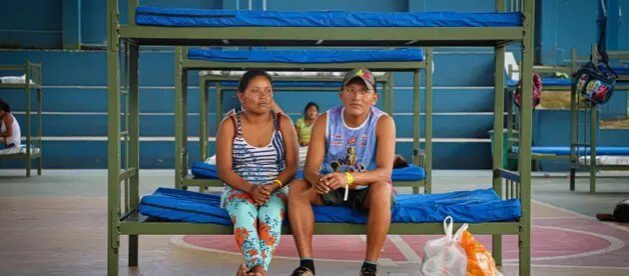 Indígenas warao en un albergue de Acnur en Manaus, en la Amazonia de Brasil. Forzados a desplazarse lejos de su hábitat y sobreviviendo en condiciones precarias, miles de estos indígenas están en condición muy vulnerable ante la pandemia. Foto: Felipe Irnaldo/Acnur