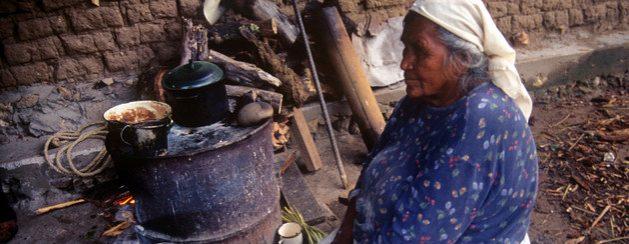 La pobreza puede aumentar en América Latina y el Caribe, de 186 a 214 millones de personas, y se requiere con urgencia apuntalar la capacidad de consumo de las familias. La Cepal propone que los gobiernos entreguen auxilios financieros a los habitantes pobres durante seis meses, por el equivalente, en promedio, de 143 dólares mensuales. Foto Fernando Rosales/INPI