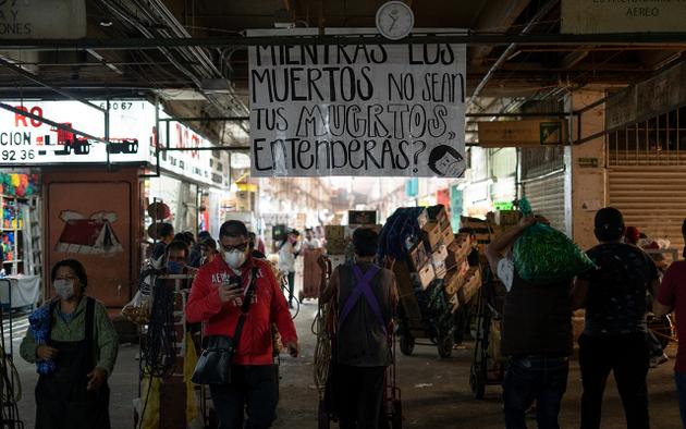 En el pasillo, arrendatarios de locales colocaron una pancarta para recordar los riesgos del covid-19. Foto: María Ruiz/Pie de Página