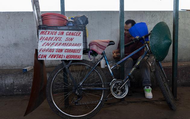 Un vendedor colocó un letrero en su bicicleta para concientizar sobre el consumo de frutas y verduras para estar saludables. Foto: María Ruiz/Pie de Página