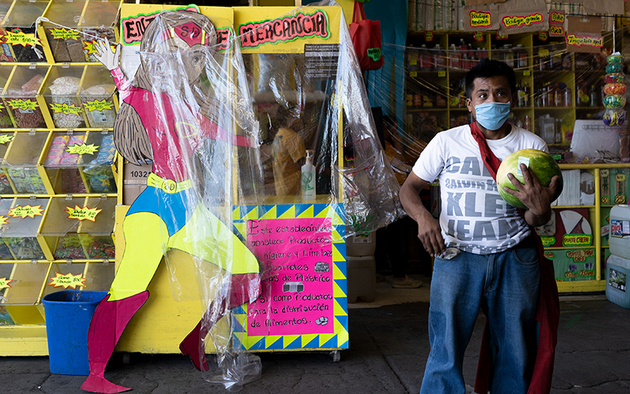 Los vendedores encontraron la manera de protegerse utilizando plásticos que los separa de sus clientes. En esta dulcería crearon una Susana Distancia gigante de cartón. Foto: María Ruiz/Pie de Página