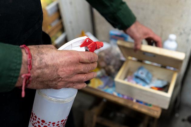 Antonio Figueroa desinfectando los billetes y monedas que recibe. Foto: María Ruiz/Pie de Página