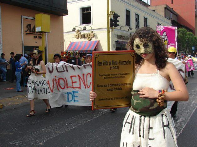 Una manifestación artística por las calles de Lima, en demanda de justicia para las víctimas de violencia sexual durante el conflicto armado en Perú. Ha sido una de las muchas movilizaciones promovidas por Demus, una organización feminista que apoya jurídica y sicológicamente a mujeres campesinas e indígenas que fueron violadas sistemáticamente por militares en las localidades de Manta y Vilca, en una remota zona altoandina. Foto: Mariela Jara/IPS