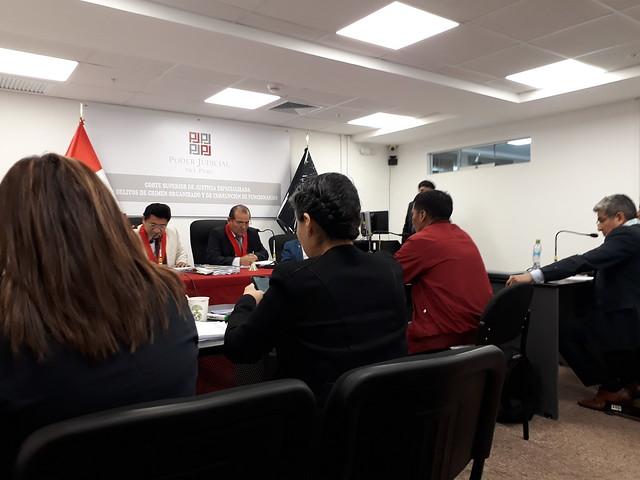 Una de las 25 audiencias de 2019 del segundo juicio oral sobre el caso Manta y Vilca, realizada el 25 de octubre de ese año en una Sala de la Corte Superior de Justicia Especializada en Delitos de Crimen Organizado y de Corrupción de Funcionarios. De espaldas, la fiscal María Eugenia Carrasco (I) y la abogada de Demus, Cynthia Silva. Más a la derecha, un militar imputado y su abogado. Foto: Mariela Jara/IPS