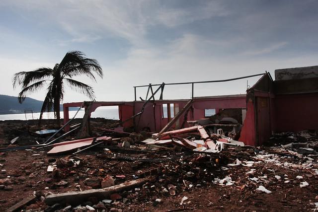 Restos de una vivienda destruida en 2012 por el huracán Sandy, en el poblado costero de Siboney, a unos 19 kilómetros de la oriental ciudad de Santiago de Cuba. Foto: Jorge Luis Baños/IPS