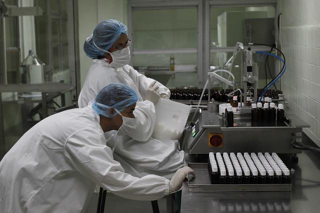 Técnicos de laboratorio realizan el control de calidad al medicamento homeopático Vidatox 30 CH elaborado con el veneno del Rhopalurus junceus, nombre científico del escorpión azul, producido por la empresa estatal cubana LABIOFAM, en la ciudad de Cienfuegos, en el sur central del país. Foto: Jorge Luis Baños/IPS