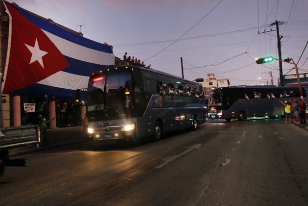 Residentes en La Habana saludan el lunes 8 de junio a los integrantes de la brigada médica cubana Herry Reeves, tras su regreso de Italia, donde apoyaron la lucha contra la pandemia de la covid-19 en la región de Lombardía, epicentro de la crisis por la pandemia en el país europeo. Foto: Jorge Luis Baños/IPS