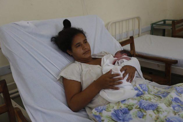 Una madre adolescente con su bebe recién nacido en brazos, en una sala del hospital materno de la ciudad de Camagüey, en el centro de Cuba. Los matrimonios y uniones antes de los 18 años son identificados por UNFPA en su nuevo informe como la práctica nociva contra el desarrollo de las niñas que más preocupa en América Latina y El Caribe. Foto: Jorge Luis Baños/IPS