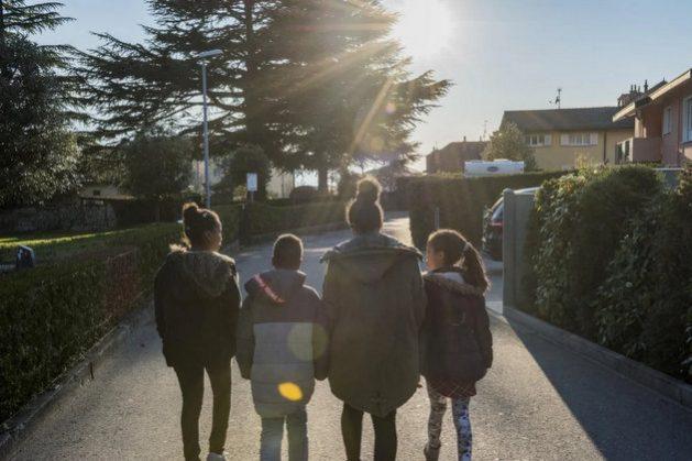 Winta, una madre eritrea, camina con sus hijos por un pueblo de Suiza donde ha sido reasentada su familia. Acnur solicita más de un millón de plazas para reasentar a refugiados que se encuentran en situaciones de riesgo en países asolados por conflictos. Foto: Mark Henley/Acnur