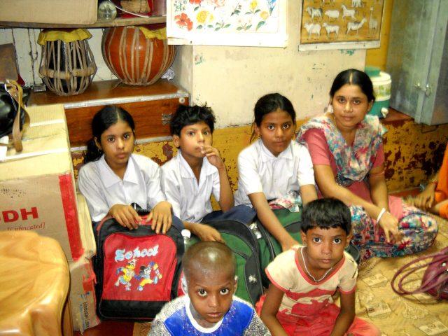 Los más afectados por la suspensión de las clases presenciales y el cierre de las escuelas debido a la cuarentena en India, son niños de familias marginadas, como estos hijos de trabajadoras sexuales, que estudian en la ciudad india de Kolkata. Crédito: Manipadma Jena / IPS