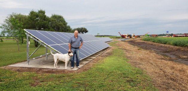 Teddy Cotella delante de los paneles solares que instaló en 2018 en su finca en la provincia argentina de Santiago del Estero. Se trata de una zona con escasa infraestructura, a la que no llega el servicio eléctrico de la red. Antes producía electricidad con generadores que consumían unos 20 000 litros de combustible diesel anualmente. Foto: Cortesía de Teddy Cotella