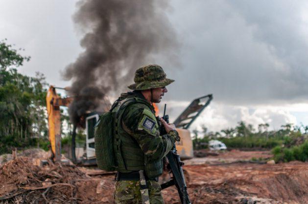 La creciente deforestación de la Amazonia es un gran factor de la pérdida de credibilidad del gobierno brasileño en el exterior. Fondos que administran 3,75 billones de dólares alertaron que Brasil perderá inversiones si no contiene la destrucción forestal y si viola derechos indígenas. Militares fueron movilizados para combatir la deforestación y los incendios amazónicos este año, cuando se espera un gran aumento de esas actividades ilegales. Foto: Vinícius Mendonça/Ibama-Fotos Públicas