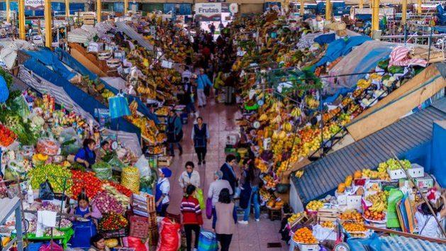 Zona de frutas del mercado central de la ciudad de Arequipa, en Perú. Shutterstock / Matyas Rehak