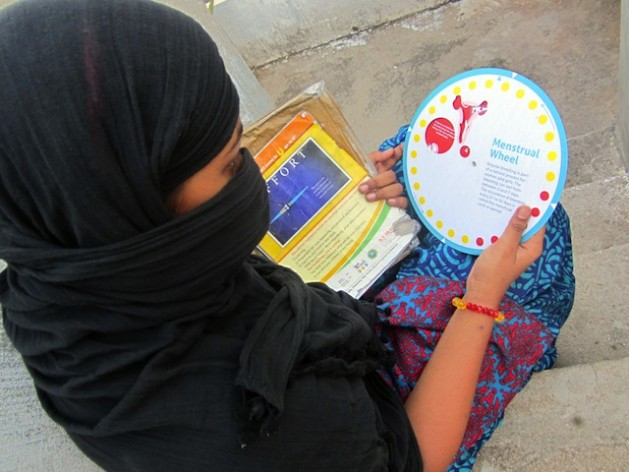 Una estudiante de secundaria en el este de India observa un folleto sobre higiene menstrual. Foto: Stella Paul/IPS